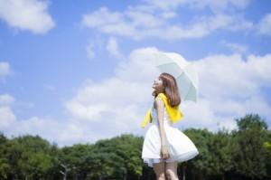 真夏の日差しを浴びる女性